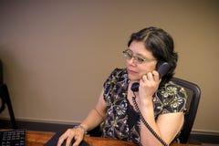 Hispanische Frau bei der Arbeit im Büro stockbild