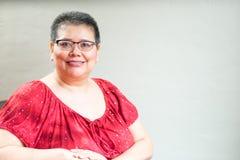 Hispanische Frau bestimmt mit Brustkrebs Lizenzfreie Stockbilder