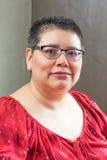 Hispanische Frau bestimmt mit Brustkrebs Stockbilder