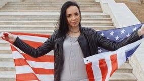 Hispanische Frau, die amerikanische Flagge hält stock video