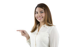 Hispanische Frau, die auf die Seite zeigt Stockbild