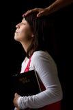 Hispanische Frau, die beim Beten gesegnet wird Lizenzfreie Stockfotografie