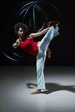 Hispanische Frau, die capoeira Kampfkunst spielt Lizenzfreies Stockfoto