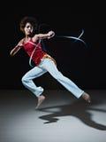 Hispanische Frau, die capoeira Kampfkunst spielt stockbild