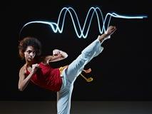 Hispanische Frau, die capoeira Kampfkunst spielt Lizenzfreie Stockbilder