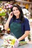 Hispanische Frau, die im Blumenhändler arbeitet Stockbild
