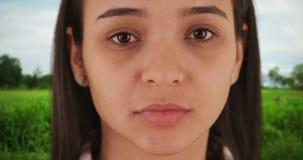 Hispanische Frau, die Kamera betrachtet stockfoto