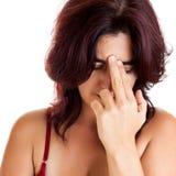 Hispanische Frau mit starken Kopfschmerzen Stockbild