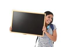 Hispanische Frau oder Studentin, die leere Tafel mit Kopienraum für das Addieren der Mitteilung halten Lizenzfreie Stockfotos