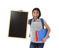 Hispanische Frau oder Studentin, die leere Tafel mit Kopienraum für das Addieren der Mitteilung halten Stockbilder