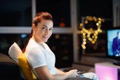 Hispanische Frau sendet Textnachricht-Chate am Handy Stockfotografie