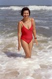 Hispanische Frau am Strand Lizenzfreie Stockfotografie