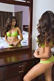 Hispanische Frau und Reflexion lizenzfreie stockfotos
