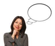 Hispanische Frau und unbelegte Gedanken-Luftblasen getrennt Stockbild