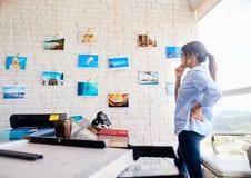 Hispanische Frauen-Funktion als Fotograf-Checking Images In-Studio Lizenzfreie Stockfotos