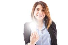 Hispanische Geschäftsfrau, die kreativ erhält Stockfotografie