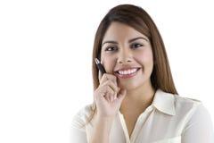 Hispanische Geschäftsfrau-Holdingfeder Lizenzfreie Stockfotografie