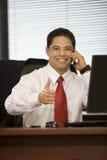 Hispanische Geschäftsmann-ausdehnende Hand für Händedruck Stockbild
