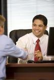 Hispanische Geschäftsmann-in der Hand Erschütterung Stockfotografie
