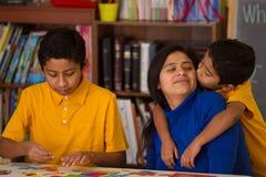 Hispanische Jungen mit Mutter in der Schulumgebung Lizenzfreie Stockbilder