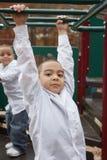 Hispanische Jungen am Spielplatz Stockfotos