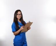 Hispanische Krankenschwester im Blau scheuert 2 Stockbilder
