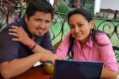 Hispanische Kursteilnehmer auf einem Laptop Stockbilder