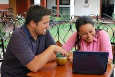 Hispanische Kursteilnehmer auf einem Laptop Stockfotografie