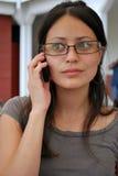 Hispanische Kursteilnehmer, die auf ihren Mobiltelefonen sprechen Lizenzfreies Stockfoto