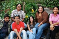 Hispanische Kursteilnehmer, die Spaß zusammen haben Lizenzfreie Stockfotos