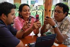 Hispanische Kursteilnehmernachrichtenübermittlung Stockfotos