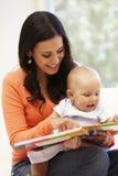 Hispanische Mutter und Baby zu Hause Lizenzfreie Stockbilder