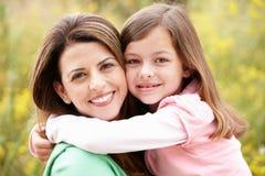 Hispanische Mutter und Tochter des Portraits Lizenzfreie Stockbilder