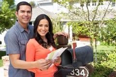 Hispanische Paare, die Briefkasten überprüfen Lizenzfreie Stockbilder