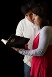 Hispanische Paare, welche die Bibel studieren Lizenzfreie Stockfotografie