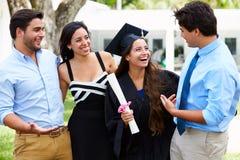 Hispanische Studenten-And Family Celebrating-Staffelung Lizenzfreies Stockfoto