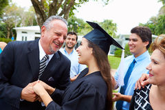 Hispanische Studenten-And Family Celebrating-Staffelung Lizenzfreie Stockfotografie