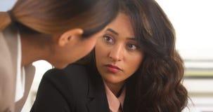 Hispanische und asiatische Geschäftsfrauen, die eine Diskussion haben Stockfoto