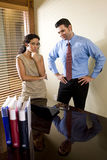 Hispanischer Büroangestellter, der mit männlichem Kollegen arbeitet Lizenzfreies Stockbild