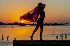 Hispanischer Brunette-Modell-Enjoying An Early-Morgen-Sonnenaufgang stockbild