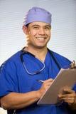 Hispanischer Doktor im Büro Stockfotos