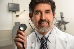 Hispanischer Doktor Using Stethoscope Stockfotografie
