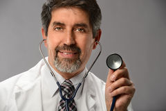 Hispanischer Doktor Using Stethoscope Lizenzfreie Stockbilder