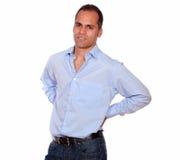 Hispanischer erwachsener Mann mit Rückenschmerzen Stockfotografie