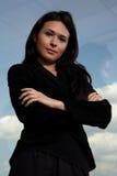 Hispanischer Frauen-CEO durch Fenster Stockfotos