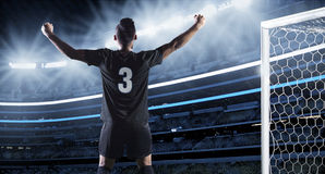 Hispanischer Fußball-Spieler, der ein Ziel feiert Lizenzfreie Stockfotografie