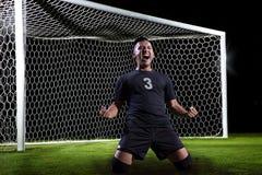 Hispanischer Fußball-Spieler, der ein Ziel feiert Lizenzfreie Stockfotos
