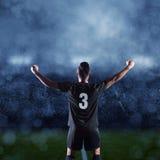 Hispanischer Fußball-Spieler, der einen Sieg feiert Lizenzfreie Stockfotos