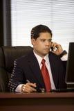 Hispanischer Geschäftsmann auf Mobiltelefon Lizenzfreies Stockfoto