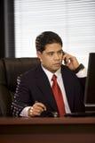 Hispanischer Geschäftsmann auf Mobiltelefon Stockfoto